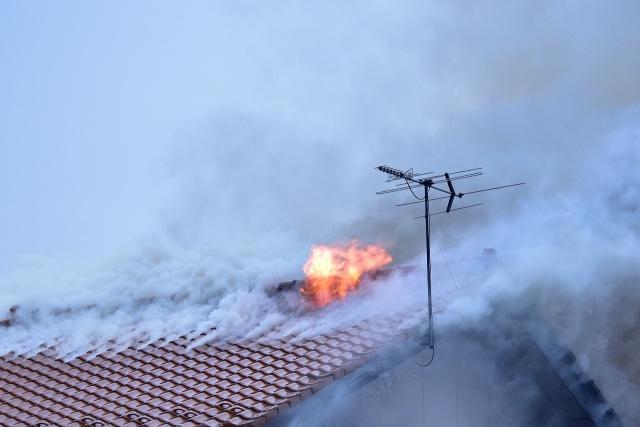 隣家からのもらい火で類焼しても賠償ナシ!?|火災保険の必要性を解説